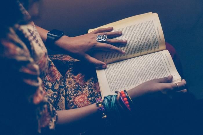 Dame-leser-bok-kjøpt-billig-med-en-Adlibris-rabattkode