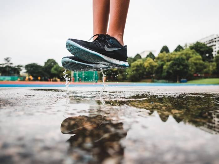 Spar-penger-på-kjente-og-sporty-merker-på-løpesko-og-mer-med-Sportamore-rabattkode