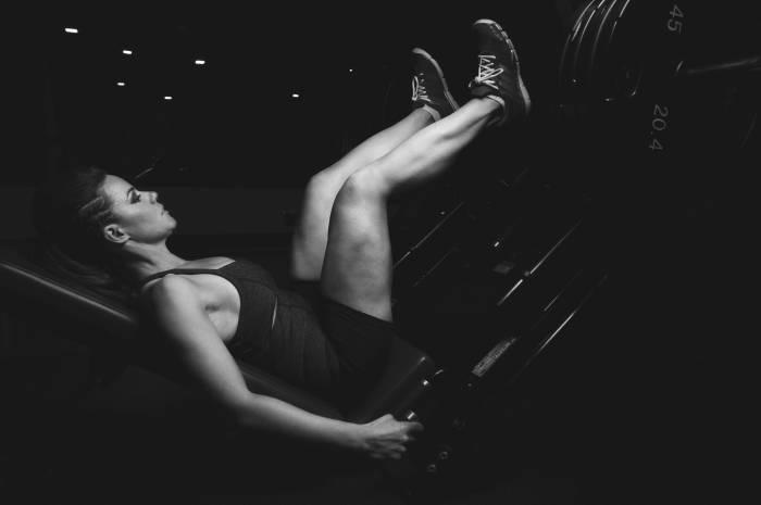Treningsstudio-med-treningsapparater-dame-muskelbygging